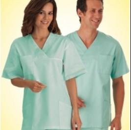 Mann und Frau in Berufsbeklediung (Medizin)